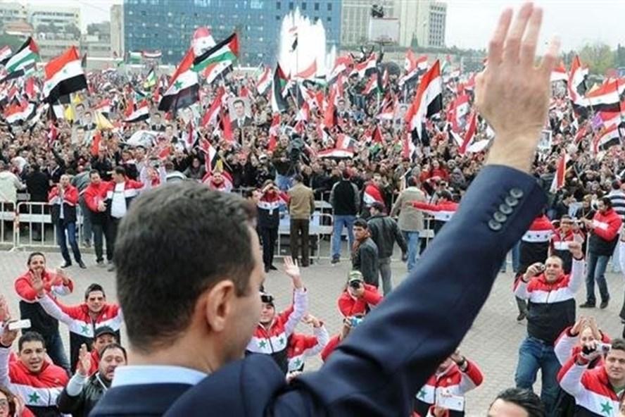 Tổng thống Syria vẫy chào người ủng hộ. Ảnh: Press TV.