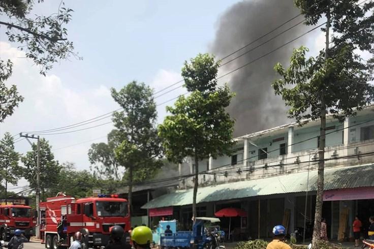 Dập tắt đám cháy ở cửa hàng vật liệu xây dựng, ngăn không cháy sang nhà dân
