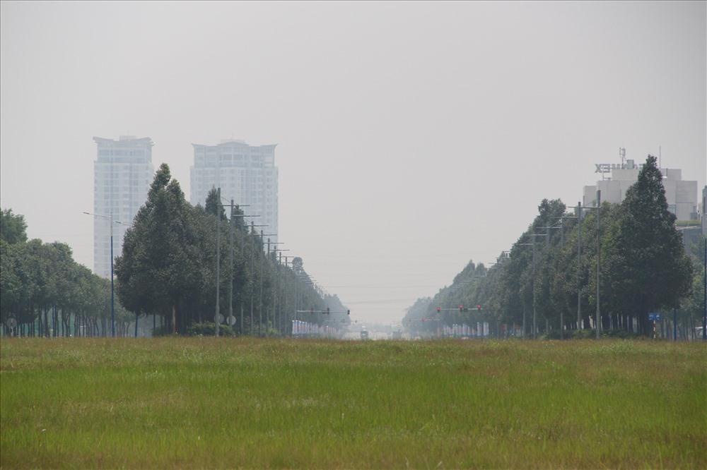 Đường phố như bị một lớp sương mù bao phủ.