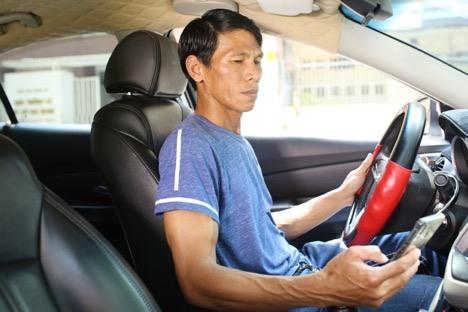 Chủ động liên hệ với khách hàng khi đến điểm đón nhưng không ít lần, tài xế Nguyễn Văn Hùng phải ngậm ngùi hủy chuyến vì thuê bao không liên lạc được.