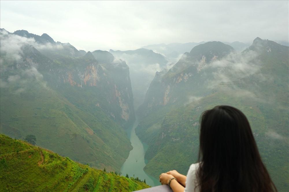 Điểm nhấn trên đường đèo là hẻm Tu Sản nằm dưới khe núi tạo thành sông Nho Quế. Sông Nho Quế chảy vào Việt Nam từ địa phận thôn Séo Lủng, xã Lũng Cú, Đồng Văn, đi qua hẻm núi Tu Sản rồi chạy dọc theo đèo Mã Pì Lèng.