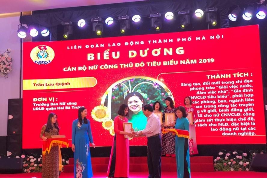 Đại điện lãnh đạo LĐLĐ TP. Hà Nội trao bằng khen cho cán bộ nữ công thủ đô tiêu biểu. Ảnh: Đ.P