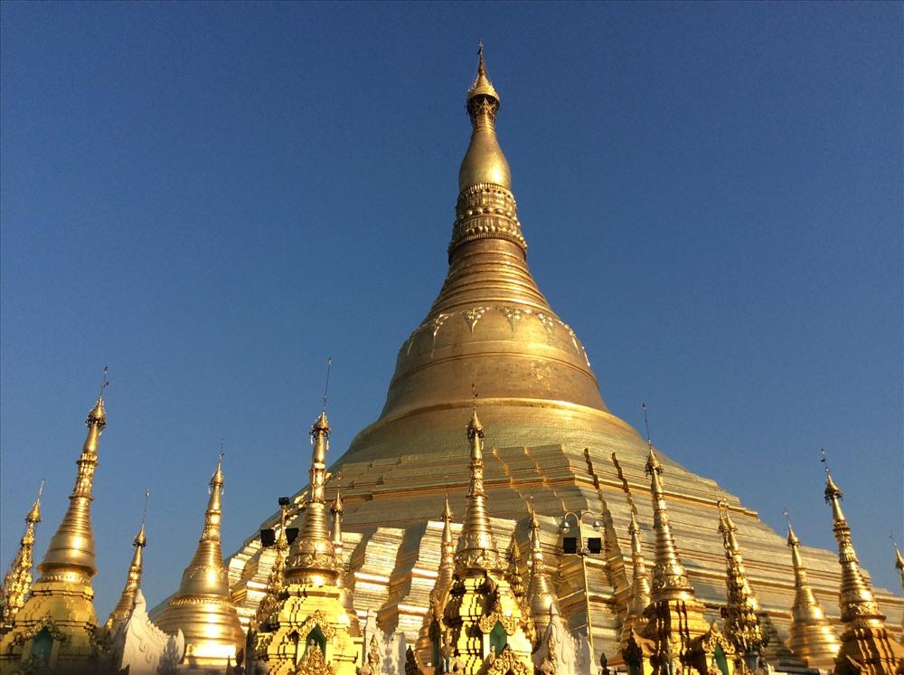 Ngọn tháp chính chùa Shwedagon sáng rực trong ánh bình minh (ảnh Trung Hiếu)