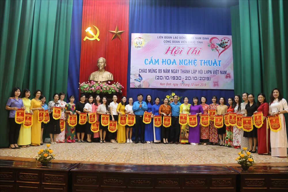 Đồng chí Vũ Văn Nghĩa, Chủ tịch Liên đoàn Lao động tỉnh Nam Định chúc mừng các đội dự thi.