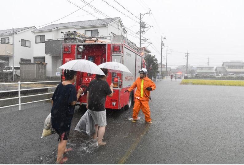 Cư dân sơ tán trước khi cơn bão lớn nhất trong vòng 6 thập kỷ  chuẩn bị đổ bộ Nhật Bản. Ảnh: Mainichi.