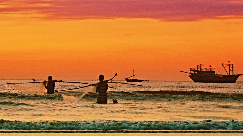 Hoặc trải nghiệm thả lưới, câu cá cùng ngư dân lành nghề