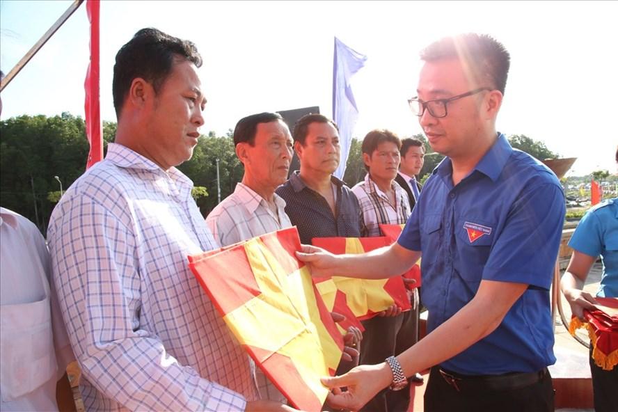 Chương trình trao tặng cờ Tổ quốc cho 100 ngư dân tại Đất Mũi, Cà Mau.