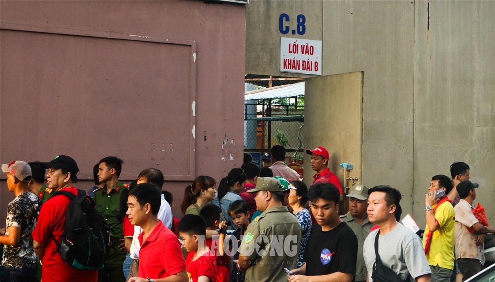 Theo ghi nhận, 16h tức trước trận đấu 2 tiếng, hàng nghìn cổ động viên đã đổ về sân vận động Thống Nhất để theo dõi trận đấu.