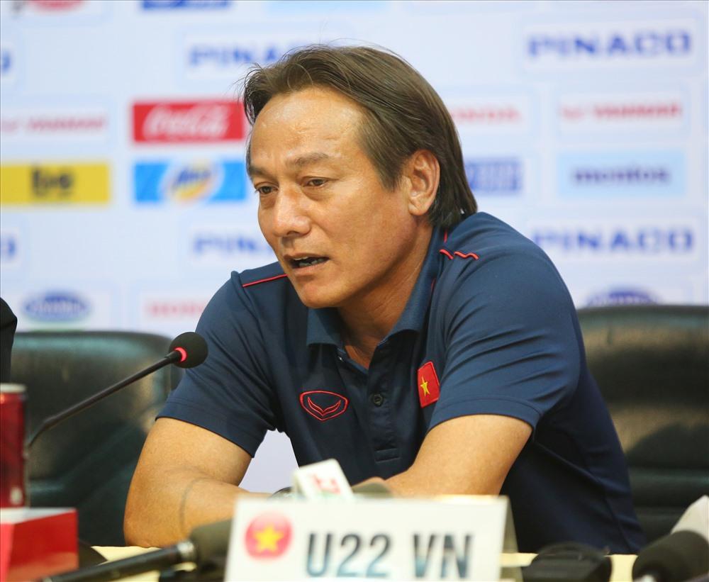 Trợ lí Nguyễn Văn Đàn thay HLV Kim Han-yoon trả lời báo chí, ông thừa nhận các học trò mắc nhiều sai số ở trận đấu này. Ảnh: Đ.V