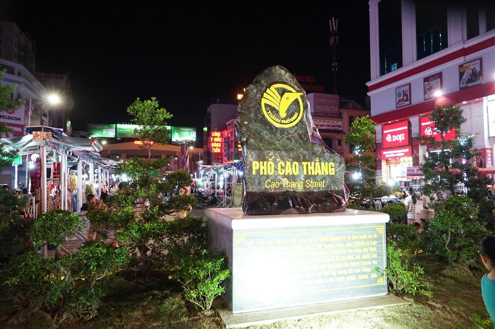 Phố Cao Thắng là tuyến đường chính dẫn vào Chợ Vinh - trung tâm thương mại sầm uất bậc nhất của vùng Bắc Trung bộ. Nơi đây vào đầu thế kỷ XX là Phố Khách, có nhiều thương nhân nước ngoài buôn bán. Ngày nay phố mang tên người anh hùng của cuộc khởi nghĩa Hương Khê.