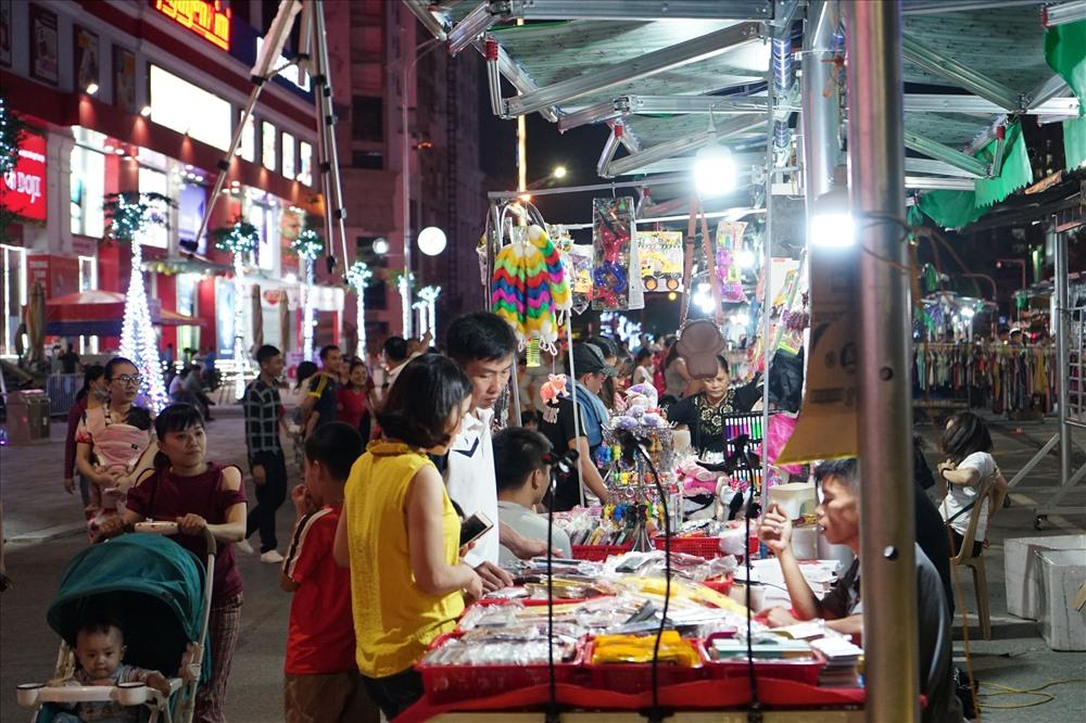 Phố đêm có đến hàng trăm gian hàng, bày giữa lòng đường thành hai dãy, kéo dài khoảng 500m. Hàng hóa bày bán rất đa dạng, gồm quần áo, giày dép, thời trang, phụ kiện điện thoại...