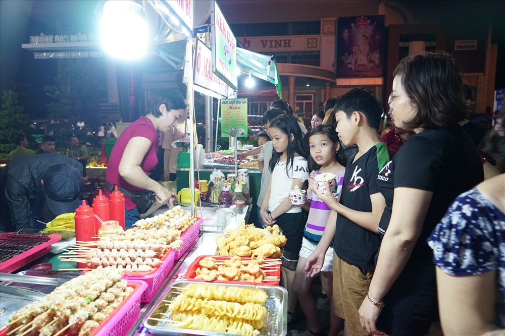 Phong phú nhất vẫn là các gian hàng ẩm thực, với rất nhiều món ăn, các loại bánh trái màu sắc, hương vị hấp dẫn