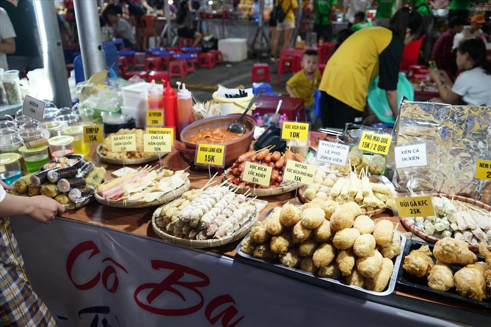 Các loại bánh trái, món ăn phong phú, giá được niêm yết rõ ràng