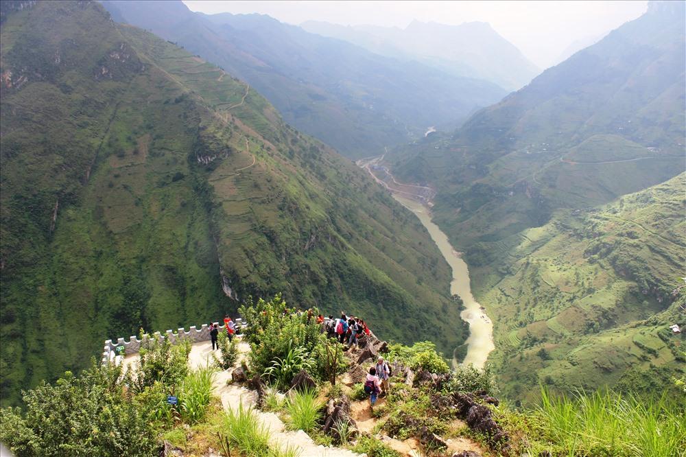 Sông Nho Quế chảy vào Việt Nam từ thôn Séo Lủng (xã Lũng Cú, Đồng Văn), đi qua hẻm núi Tu Sản rồi chạy dọc theo đèo Mã Pì Lèng. Đến Mèo Vạc, dòng nước tách ra chảy theo hướng đông - đông nam vào địa phận Cao Bằng, cuối cùng đổ nước vào sông Gâm.
