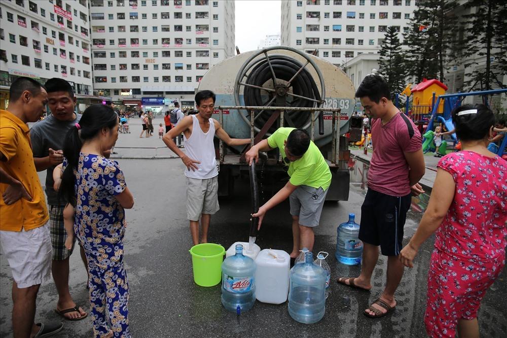 Người dân đi xin nước trước hiện tượng nước có mùi.