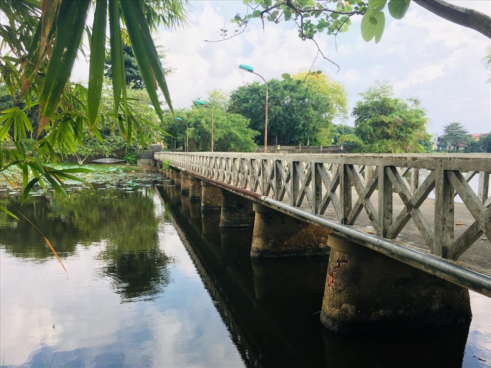 Cầu Hồng Cừ bắc qua đảo Bồng Lai ở hồ Tịnh Tâm.