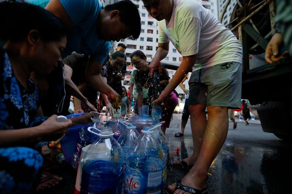 Dự kiến, trong những ngày tới, Công ty cổ phần đầu tư nước sạch sông Đà sẽ phải tiến hành súc xả, thau rửa toàn bộ hệ thống nước tại các bể của gia đình, khu chung cư sử dụng nguồn nước của công ty này.