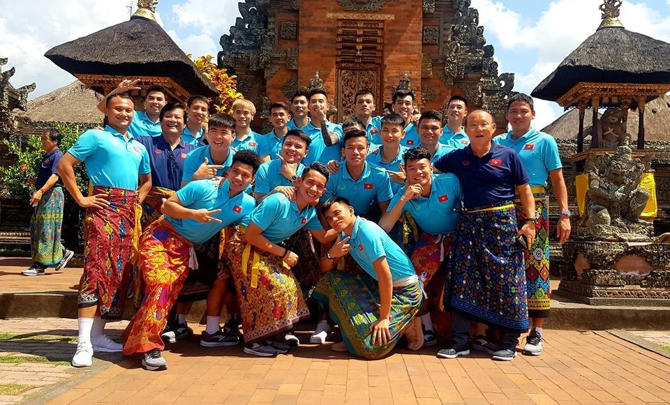 Sáng 16.10, các cầu thủ Việt Nam có dịp ghé thăm cung điện Ubud, một trong những địa điểm nổi tiếng tại Bali (Indonesia). Ảnh: VFF