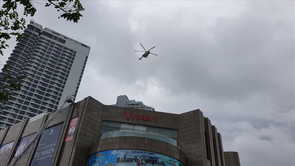 Lực lượng cứu hộ cũng điều động trực thăng đến cứu người.