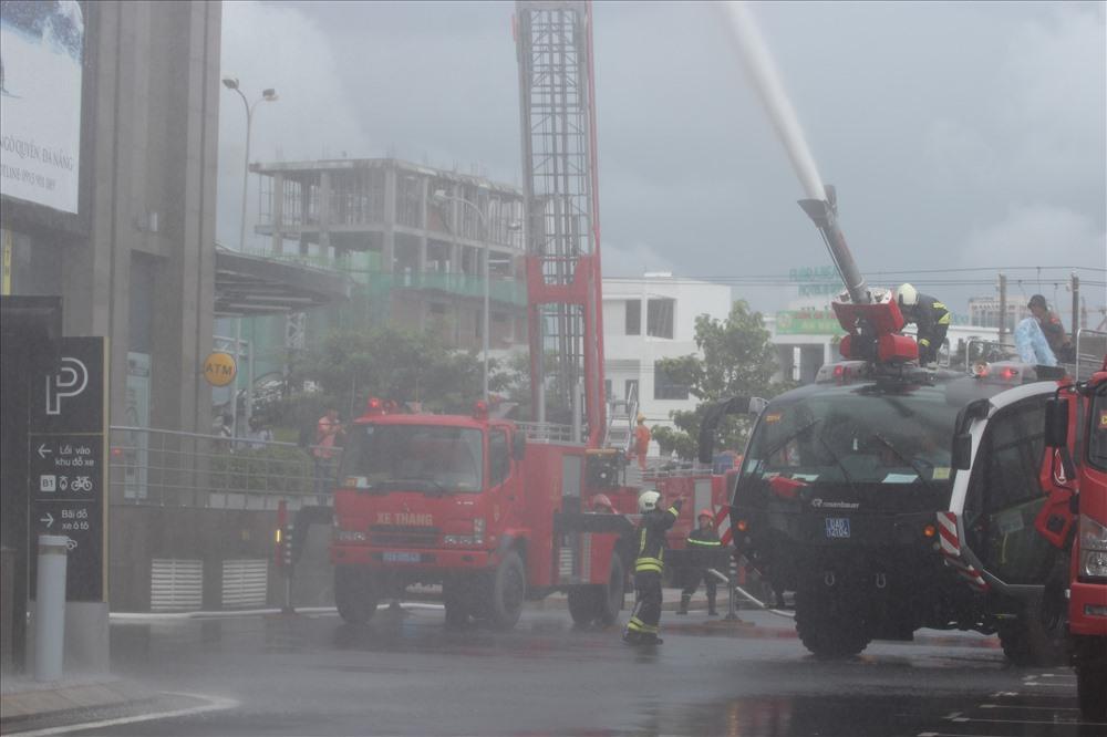 Xe cứu hỏa của Cảng Hàng Không Quốc tế Đà Nẵng cùng xe cứu hỏa của nhiều đơn vị đóng trên địa bàn TP khẩn trương chữa cháy và cứu người bị nạn.
