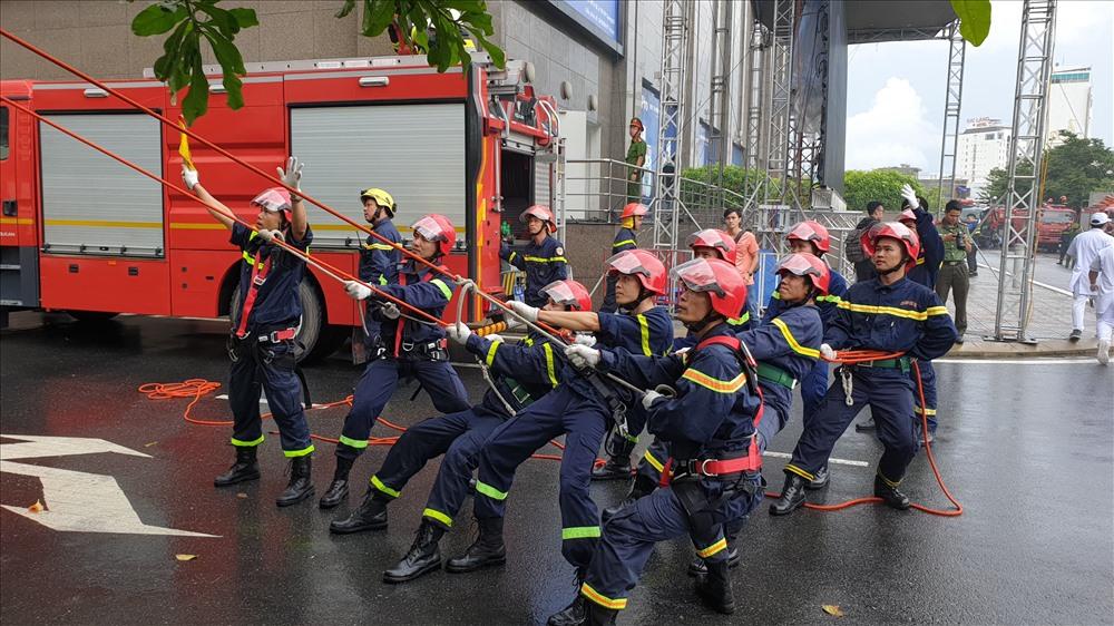 Lực lượng chức năng đã điều động nhiều xe chữa cháy cùng hàng trăm cán bộ, chiến sĩ đến hiện trường tham gia dập lửa và cứu nạn cứu hộ.