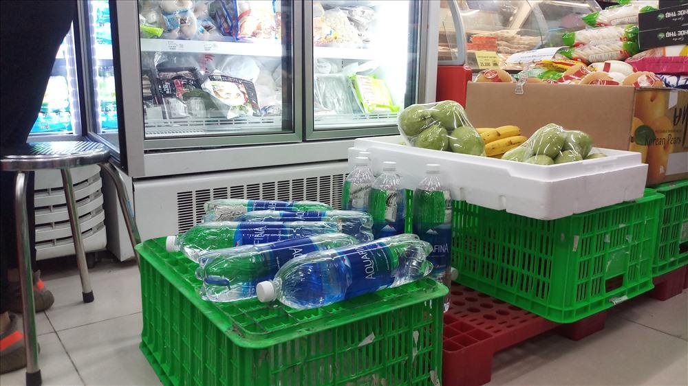 Nước đóng chai khan hiếm tại hàng loạt các siêu thị - 6