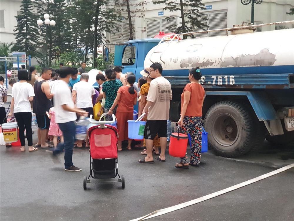 Người dân xếp hàng chờ lấy nước ngày 16.10. Ảnh: Ngọc Lan