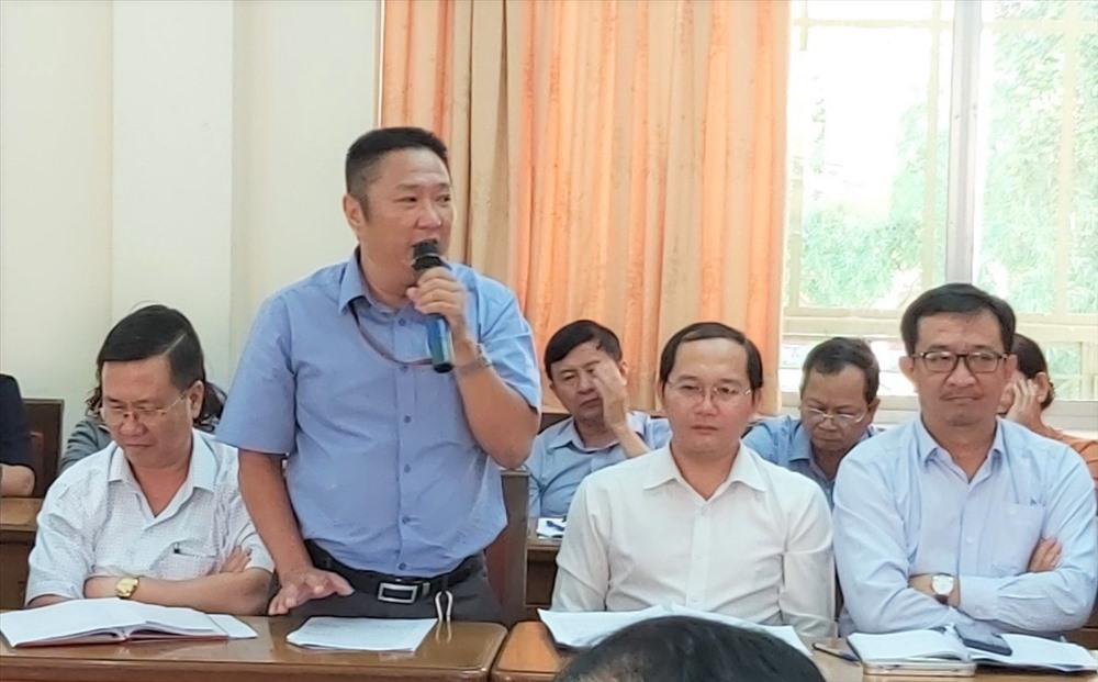 Ông Đinh Ngọc Sáng (người đứng), Chủ tịch CĐCS Cty Cân Nhơn Hòa, chia sẻ tại tọa đàm. Ảnh Nam Dương