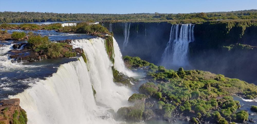 Một trong 7 Kỳ quan thiên nhiên thế giới, thác Iguazu nhìn từ trên cao. Ảnh: D.H