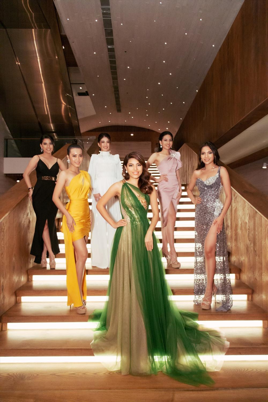 Các thí sinh Miss Universe 2019 toả sáng lộng lẫy trong đêm tiệc. Ảnh: Sang Đào.