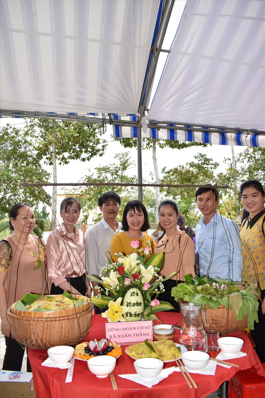 Các đội tham dự hội thi bánh dân gian do LĐLĐ huyện Thới Lai (TP.Cần Thơ) tổ chức. Ảnh: Thành Nhân