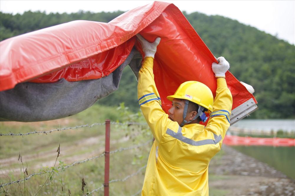 Trung tâm Ứng phó sự cố môi trường Việt Nam được Công ty cổ phần đầu tư nước sạch Sông Đà mời để xử lý dầu thải tồn đọng ở suối Trâm và các khu vực xung quanh nhà máy.