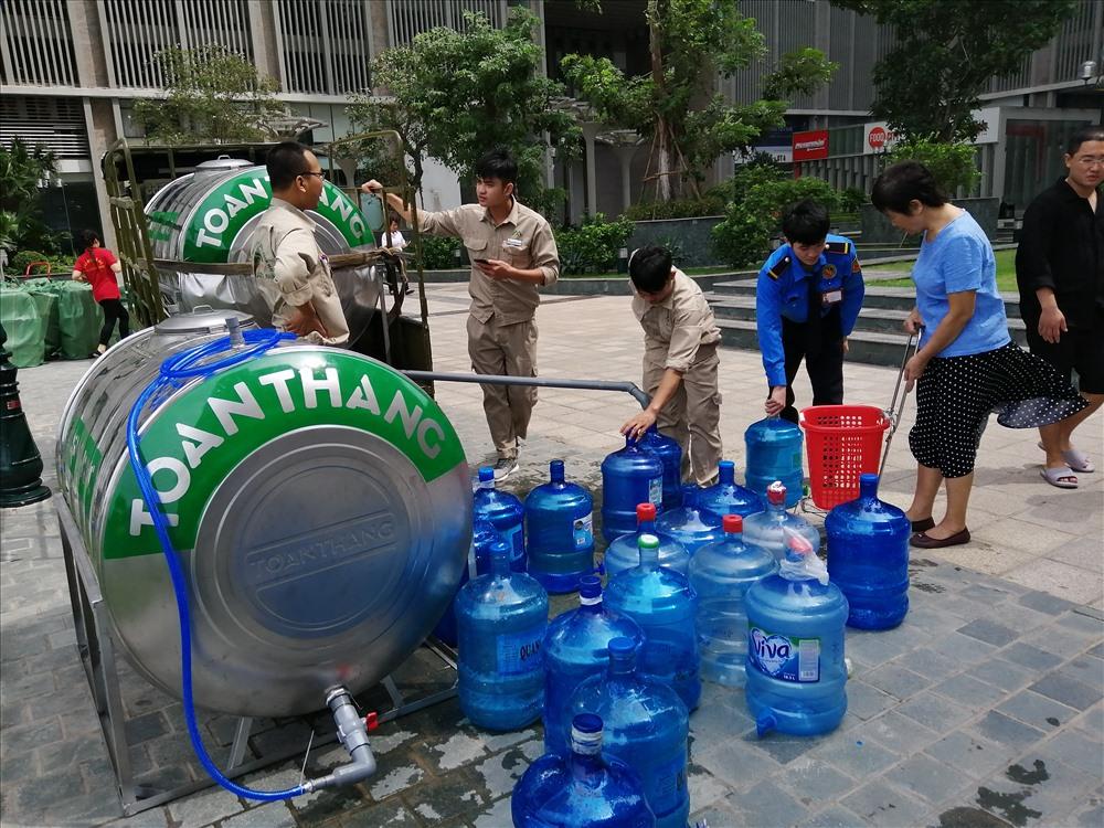 Người dân chủ động tới nhà máy nước sạch lấy nước về sử dụng.
