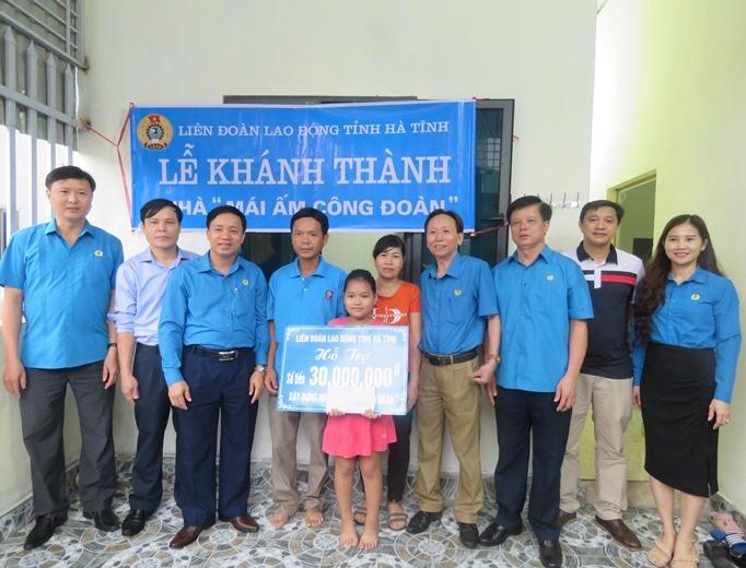 Chị Nguyễn Thị Minh - Đoàn viên Công đoàn Bệnh viện Đa Khoa tỉnh nhận hỗ trợ 30 triệu đồng từ LĐLĐ tỉnh Hà Tĩnh.