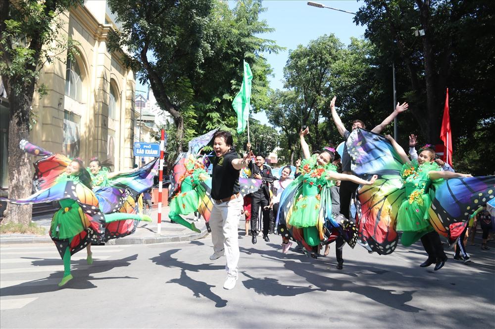 Đây chính là sự kiện quan trọng để quảng bá, truyền thông cho nghệ thuật xiếc Quốc tế và Việt Nam đến với khán giả Thủ đô và du khách Quốc tế trong không gian văn hóa nghệ thuật tại trung tâm phố đi bộ Hà Nội, đồng thời quảng bá cho Liên hoan Xiếc quốc tế 2019. Ảnh: CNTBD.