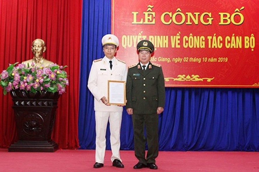 Thượng tướng Bùi Văn Nam trao quyết định cho thượng tá Nguyễn Quốc Toản. Ảnh VGP