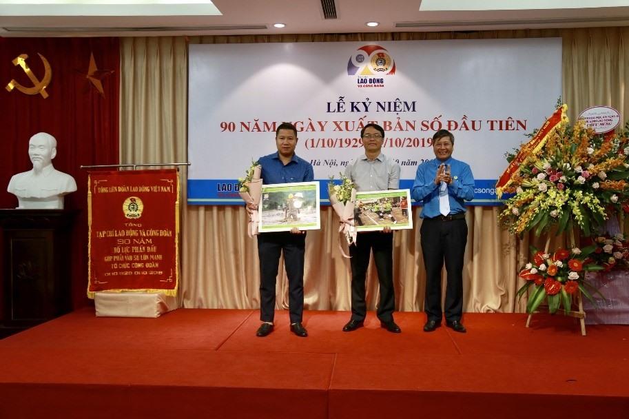 Đồng chí Trần Thanh Hải – Phó Chủ tịch Thường trực Tổng LĐLĐVN trao giải cho 2 tác giả đạt giải Nhất. Ảnh: L.Anh