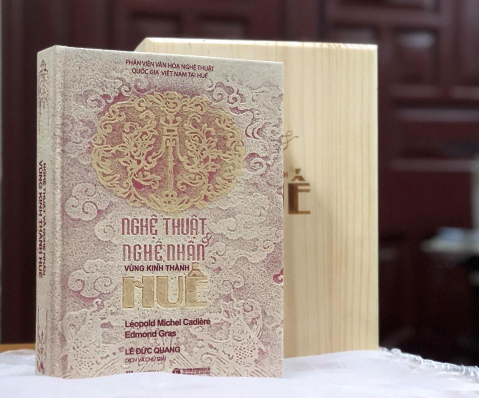 """""""Nghệ thuật Huế"""" ấn bản đặc biệt bằng Trúc chỉ. Ảnh: H.V.M"""