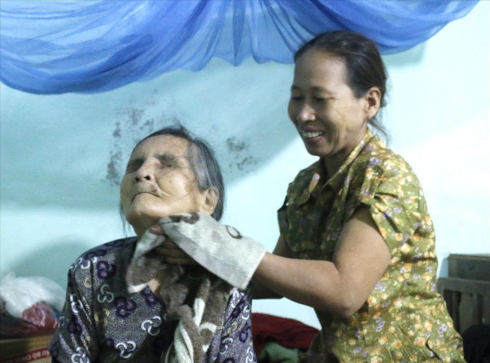 Niềm vui của bà Thu khi được chăm sóc cụ Mịch. Ảnh: Thanh Chung