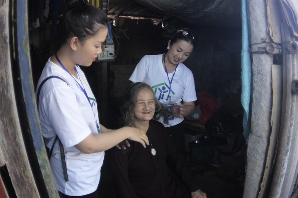 Mặc trên mình những chiếc áo dài, những người phụ nữ xóm nghèo hồi hộp chờ đợi đến phần trình diễn của mình.