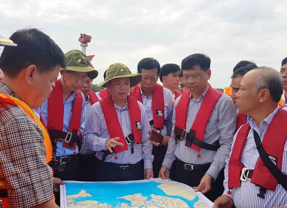 Bộ trưởng Nguyễn Văn Thể chỉ đạo khẩn trương xử lý hiện trường tàu chìm.  Ảnh: M.H