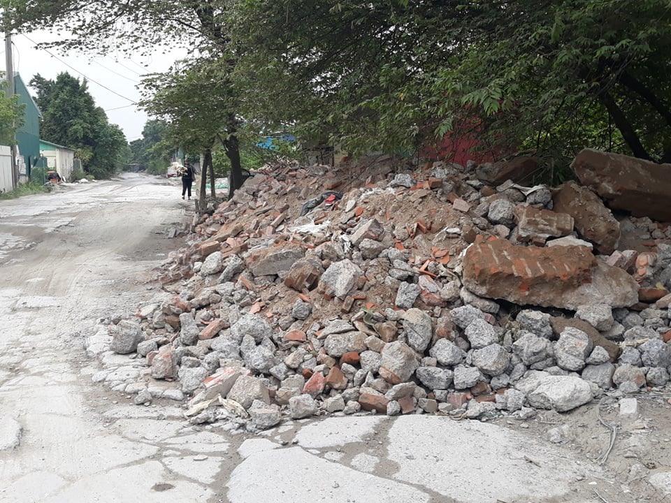 Các tuyến đường vắng người thường là đích đến của những chiếc xe đổ trộm rác thải xây dựng. Ảnh: NB