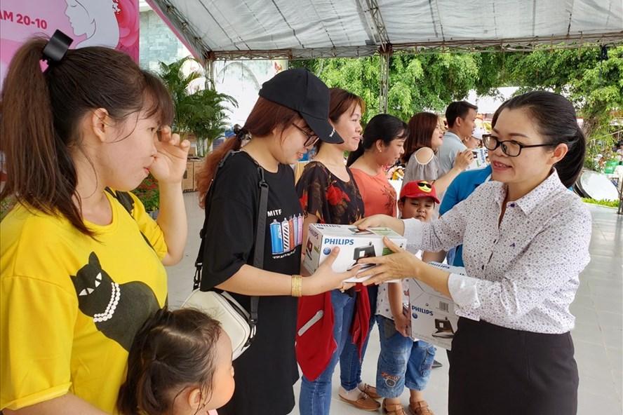 Chủ tịch Công đoàn khu công nghiệp Biên Hòa Nguyễn Thị Tuyết (góc phải) tặng phần thưởng bốc thăm may mắn cho người lao động. Ảnh: HAC