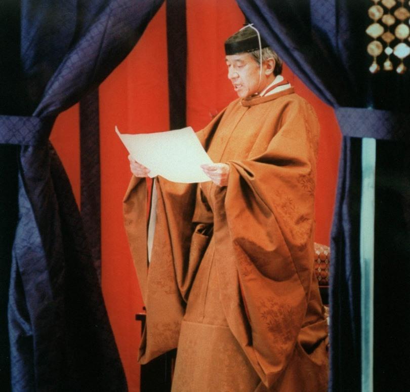 Nhật hoàng Akihito mặc long bào màu cam sẫm trong lễ đăng quang năm 1990. Ảnh: Hoàng gia Nhật Bản