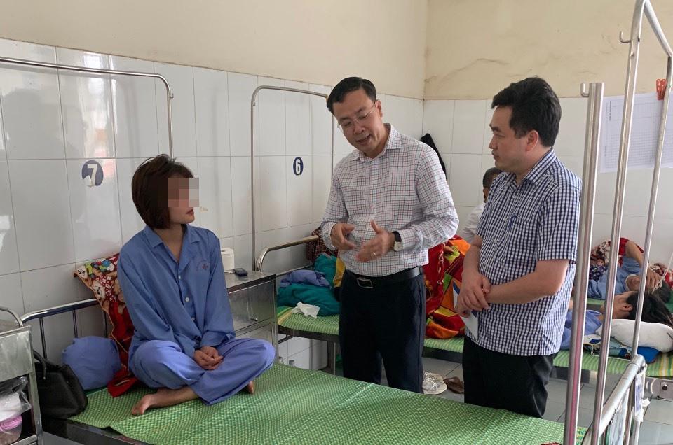 Ông Vũ Hữu Tuyến - Chủ tịch công đoàn và Giám đốc xí nghiệp thăm hỏi động viên chị H.