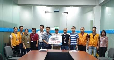 Đại diện Ban Giám đốc và đại diện Ban Chấp hành Công đoàn hai Công ty trao quà cho đại diện gia đình đoàn viên Nguyễn Thị Nhuần.