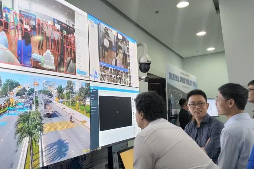Thành phố thông minh phải đặt người dân là trung tâm như việc ứng dụng CNTT để giải quyết vấn đề nước sạch, giao thông. Ảnh: TT