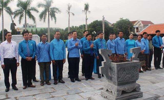 Trước đó, đoàn dâng hương tại Khu lưu niệm Bác Hồ về thăm Hà Tĩnh