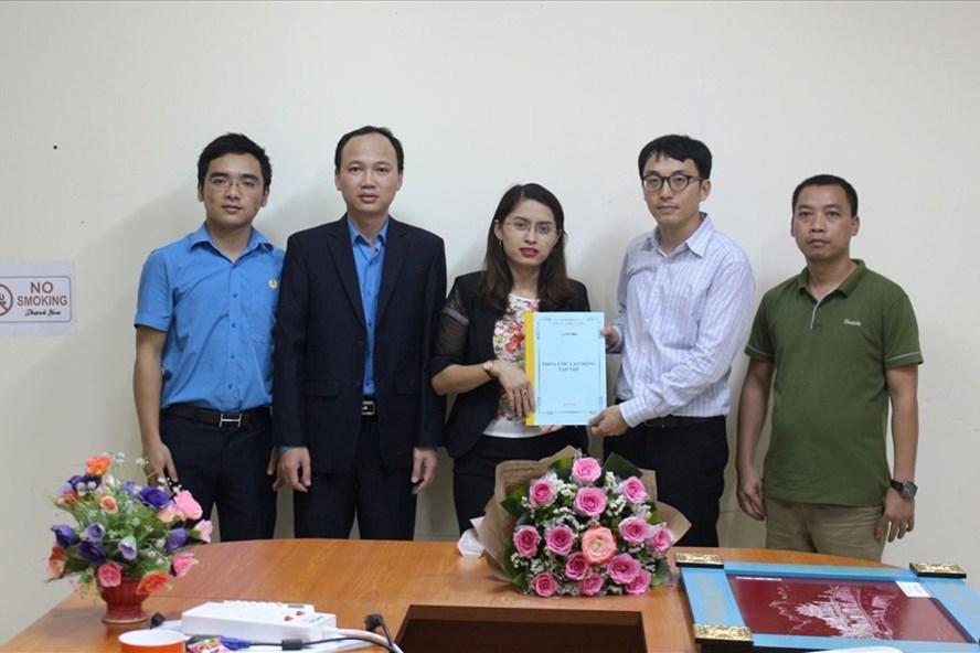 Thường trực Công đoàn các KCN tỉnh Ninh Bình tham dự chương trình ký kết TƯLĐTT tại Cty TNHH YG Vina (KCN Gián Khẩu, huyện Gia Viễn Ninh Bình). Ảnh: NGUYỄN TRƯỜNG