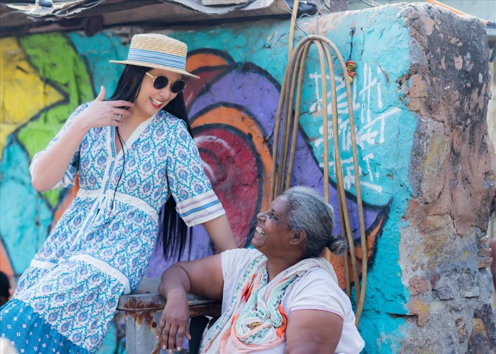 Ngọc Hân cũng tranh thủ đi thăm thú đường phố cũng như giao lưu với người dân Ấn Độ.